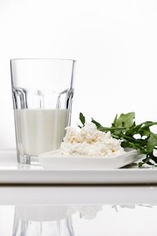 Produkty mleczne, mleko i twaróg z kwaśnego mleka, ser na białym tle