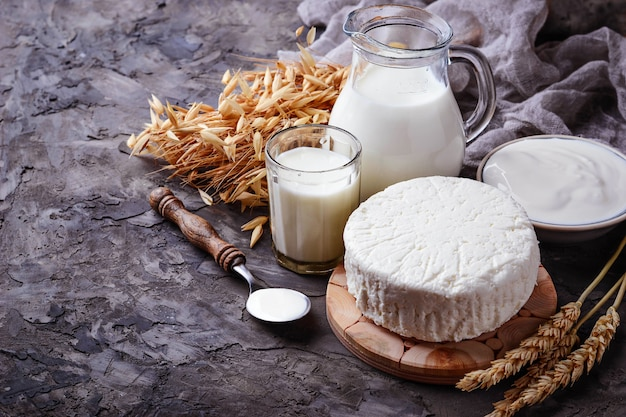 Produkty mleczne mleko, twaróg, śmietana i pszenica. selektywne skupienie