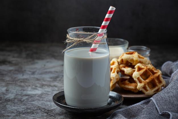 Produkty mleczne smaczne zdrowe produkty mleczne na stole na kwaśnej śmietanie w misce, twarożku, misce w śmietanie i słoiku z mlekiem, szklanej butelce i szklance.