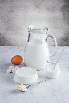 Produkty mleczne z wysoką zawartością białka na jasnym tle