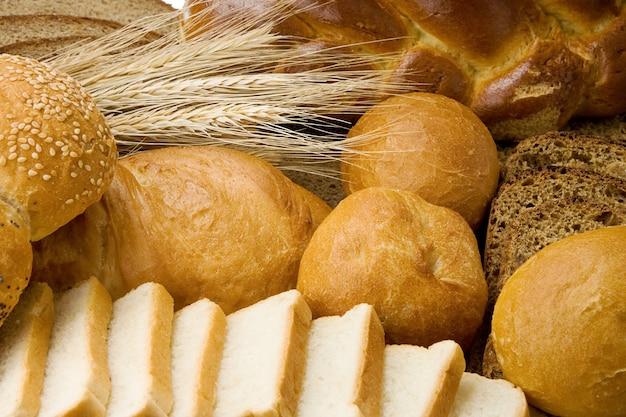 Produkty piekarnicze i zboża na stole