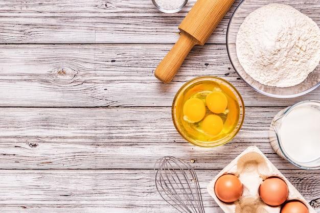 Produkty piekarnicze -mąka, jajka, mleko. widok z góry, kopia przestrzeń.
