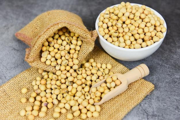 Produkty rolne z soi na worku suchej soi