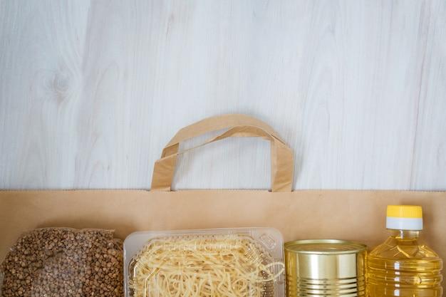 Produkty są umieszczane na papierowej torbie na drewnianym tle