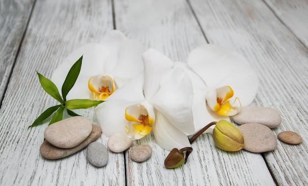 Produkty spa i białe orchidee