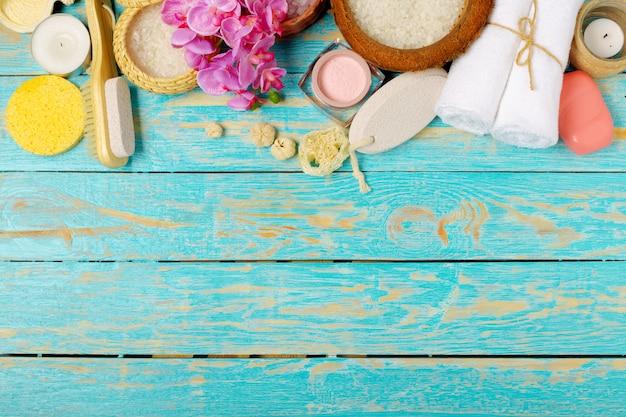 Produkty spa na drewnianym stole, widok z góry