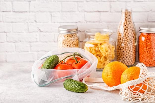 Produkty w tekstylnych ekologicznych torbach na zakupy i wyrobach szklanych