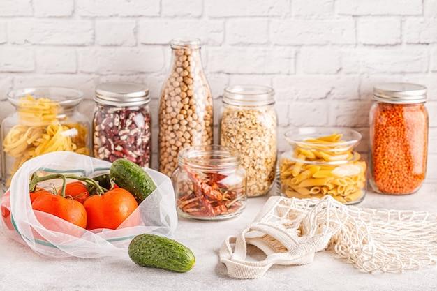Produkty w torebkach tekstylnych, wyroby szklane. ekologiczne zakupy i przechowywanie żywności, koncepcja zero odpadów.