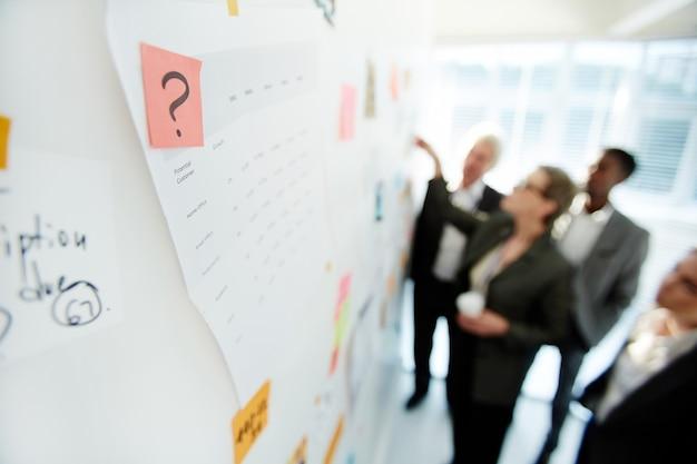 Produktywna dyskusja projektu nad kolegami