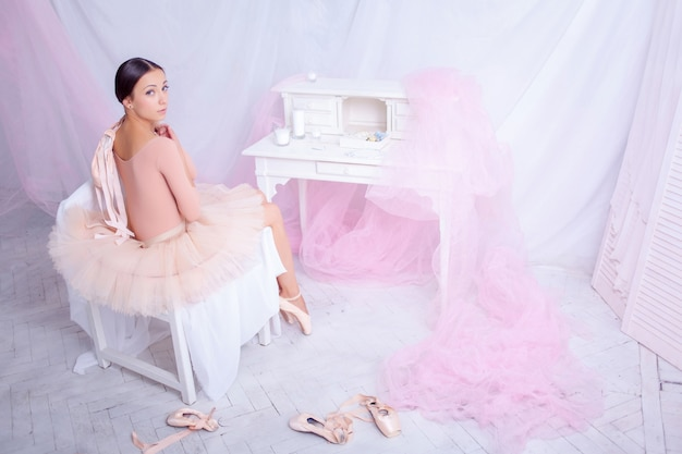 Profesjonalna baletnica odpoczywa po spektaklu.