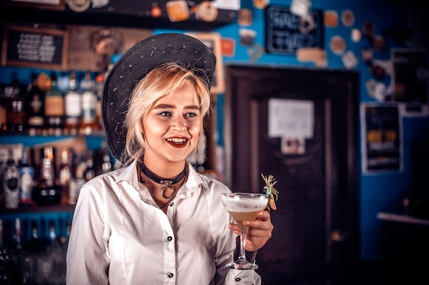 Profesjonalna barmanka demonstruje swoje umiejętności zawodowe w klubie nocnym