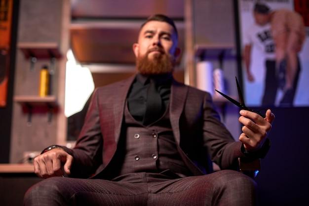 Profesjonalna fryzjerka jest gotowa do strzyżenia włosów lub brody