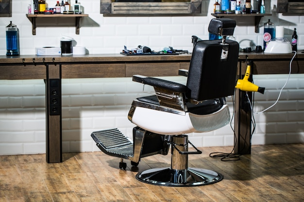 Profesjonalna fryzjerka we wnętrzu fryzjera. krzesło fryzjerskie.