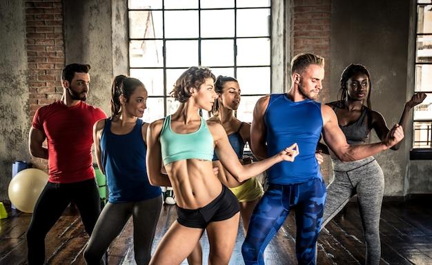 Profesjonalna klasa tancerzy na siłowni