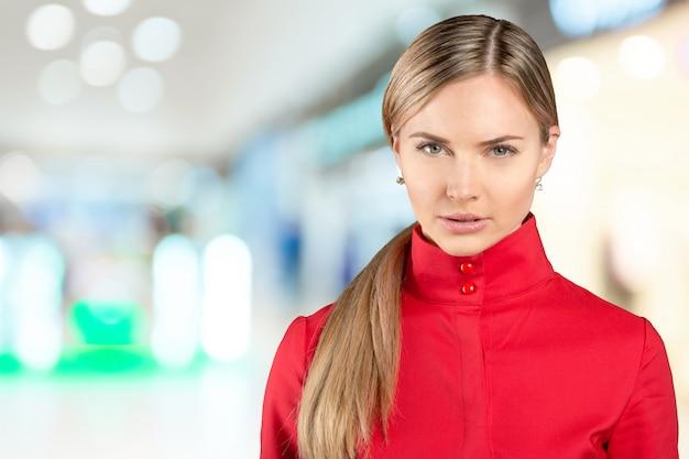 Profesjonalna kobieta z czerwonym płaszczem