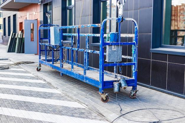 Profesjonalna kołyska budowlana lub gondola do prac budowlanych na wysokości i czyszczenia okien wieżowców. sprzęt przemysłowy do prac na wysokości.