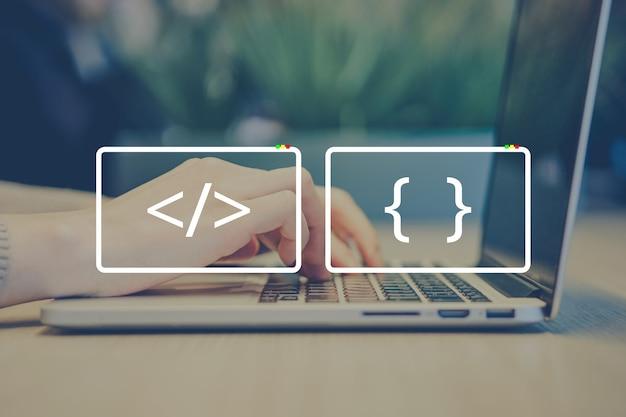 Profesjonalna koncepcja programisty z abstrakcyjnymi ikonami kodowania.