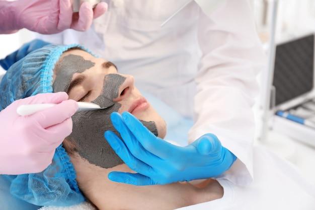 Profesjonalna kosmetyczka uczy praktykantkę w salonie. koncepcja praktyk zawodowych