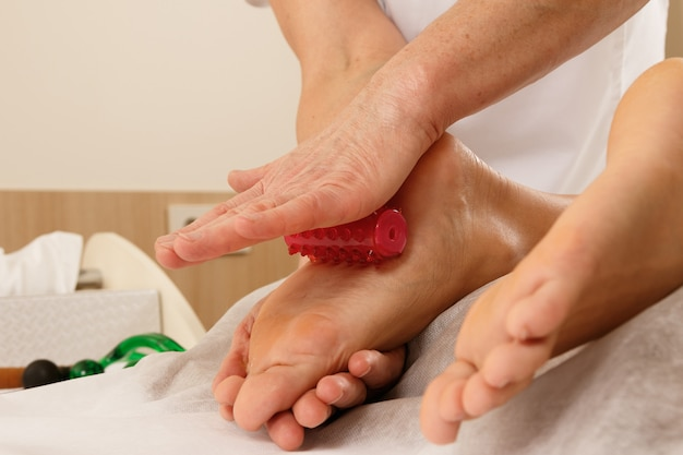 Profesjonalna masażoterapia - masaż stóp specjalnymi narzędziami