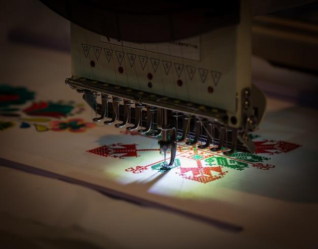 Profesjonalna maszyna do szycia haft tekstylny, zbliżenie. tkanina odzieżowa, nikt. szycie, technologia robótek ręcznych