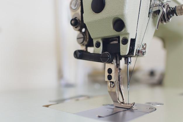 Profesjonalna maszyna do szycia w pracowni atelier.