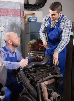 Profesjonalna mechanika naprawiająca samochód