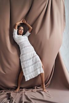 Profesjonalna modelka o egzotycznym wyglądzie w koronkowej sukience