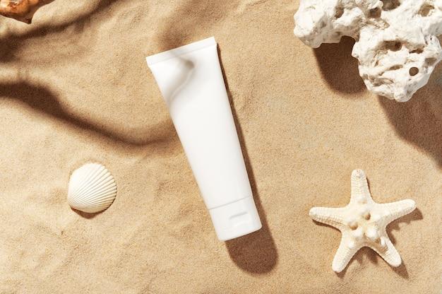 Profesjonalna pielęgnacja skóry twarzy. niemarkowy flakon z płynem nawilżającym. krem lub balsam.