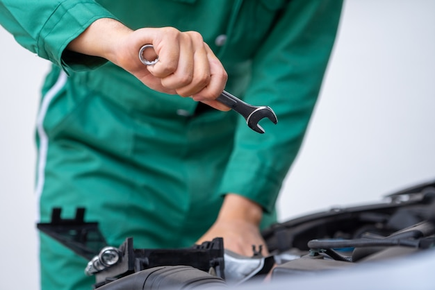 Profesjonalna ręka mechanika świadcząca usługi naprawy i konserwacji samochodu