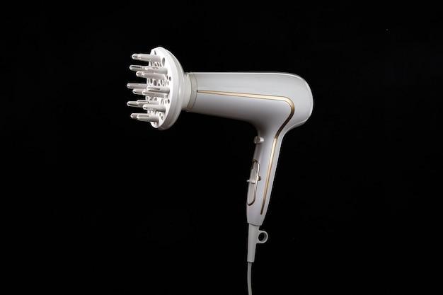 Profesjonalna stylowa suszarka do włosów na białym na czarnym tle. jonowa suszarka do włosów z narzędziem do pielęgnacji włosów.