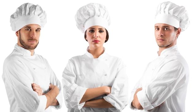 Profesjonalna szefowa kuchni kobieta i mężczyźni z pewnymi siebie minami