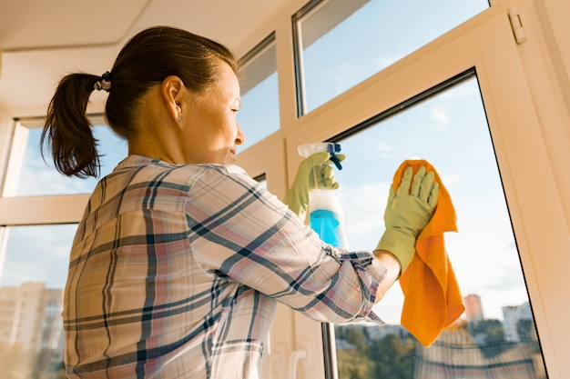 Profesjonalna usługa sprzątania. kobieta gospodyni czyszczenia okien