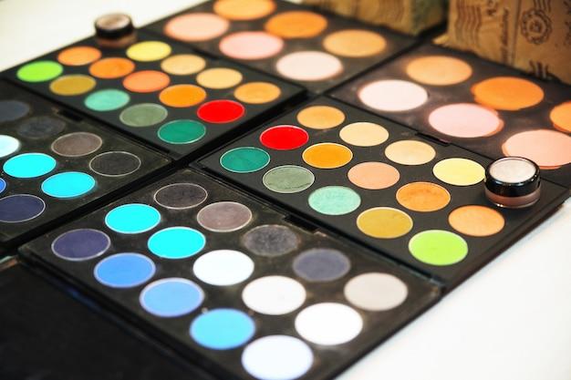 Profesjonalne cienie do powiek, paleta różnych kolorów. profesjonalne kosmetyki. oblicze