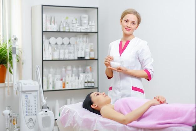 Profesjonalne kobieta uśmiecha się z klientem leżąc