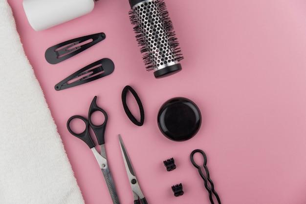 Profesjonalne narzędzia do fryzjerstwa. stylista włosów sprzęt na różowym tle.