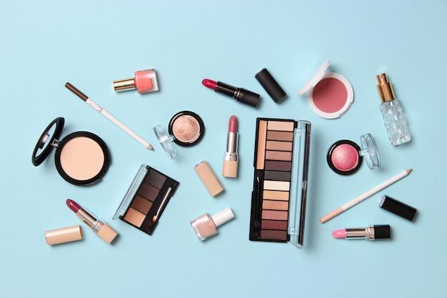 Profesjonalne narzędzia do makijażu. produkty do makijażu. zestaw różnorodnych produktów do makijażu. zdjęcie wysokiej jakości