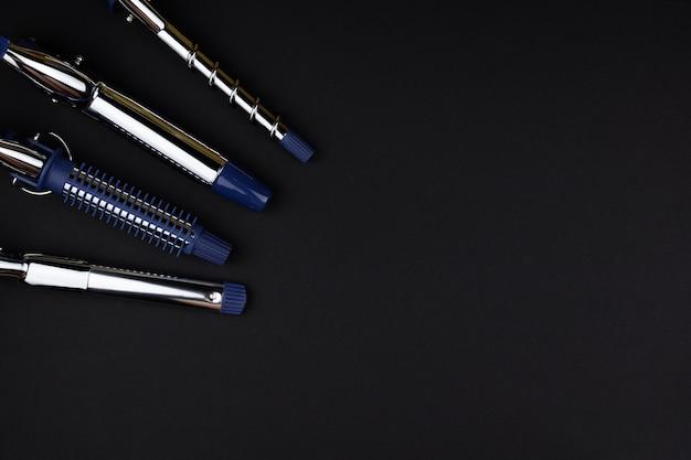Profesjonalne narzędzie do układania i układania loków, wymienne końcówki do kręcenia loków na czarnej powierzchni