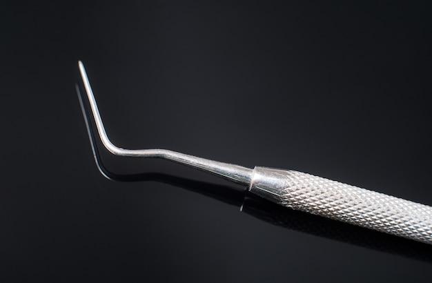 Profesjonalne narzędzie stomatologiczne - sonda dentystyczna.