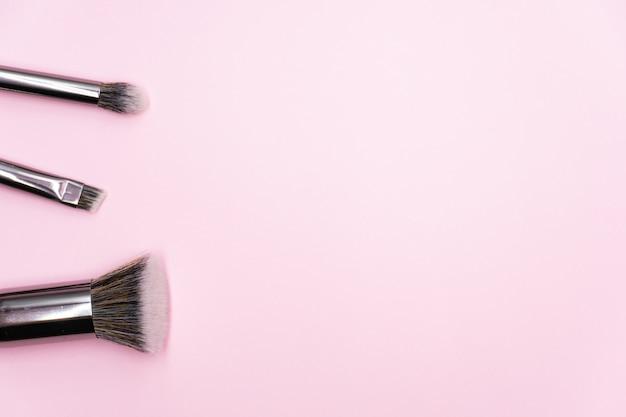 Profesjonalne pędzle do makijażu ze srebrnym uchwytem. koncepcja kosmetyków kosmetycznych i pielęgnacyjnych do twarzy