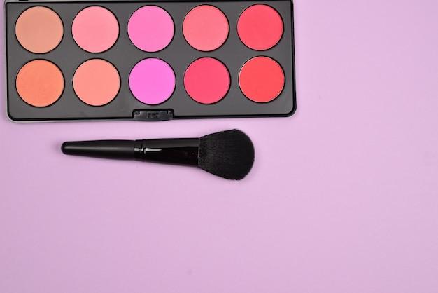 Profesjonalne produkty do makijażu z kosmetykami kosmetycznymi, różami, eyelinerem, rzęsami, pędzlami i narzędziami.