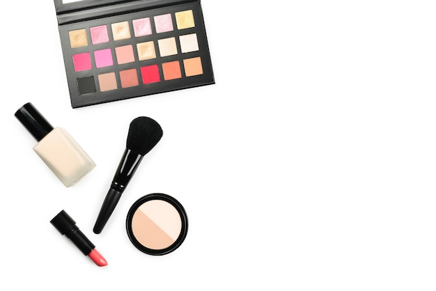 Profesjonalne produkty do makijażu zawierające kosmetyki kosmetyczne, podkłady, szminki, cienie do powiek, rzęsy, pędzle i narzędzia.