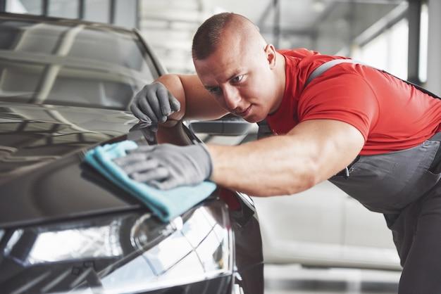 Profesjonalne sprzątanie i mycie auta w salonie samochodowym.