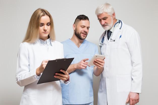 Profesjonalne studio szpitalne białe kobiety szukają