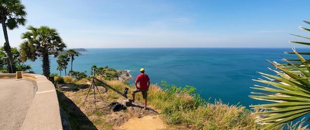 Profesjonalne ustawienie człowieka slider dolly camera robi zdjęcie krajobrazowy widok przyrody w laem promthep