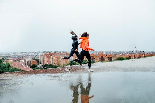 Profesjonalni biegacze na ulicy