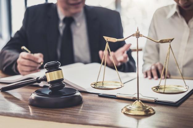 Profesjonalni bizneswoman i męscy prawnicy pracujący i dyskutujący w kancelarii prawnej