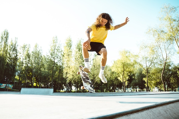 Profesjonalni deskorolkarze bawią się w skateparku