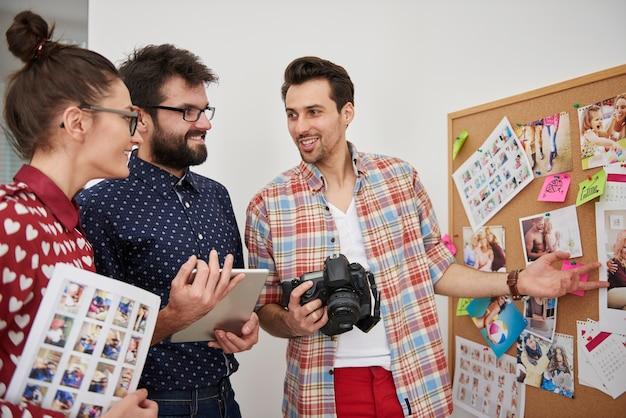 Profesjonalni fotografowie pracujący w ich biurze