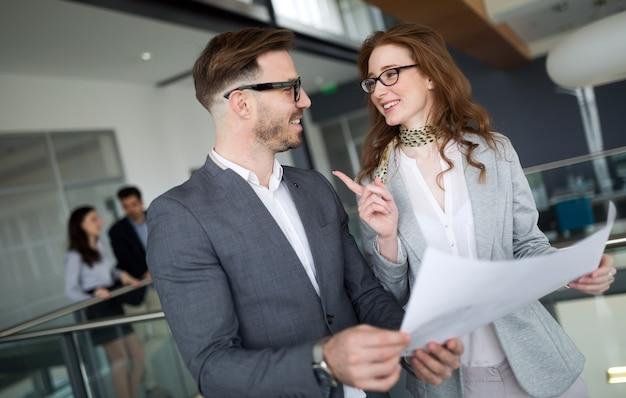 Profesjonalni koledzy biznesowi współpracujący i omawiający plany projektów