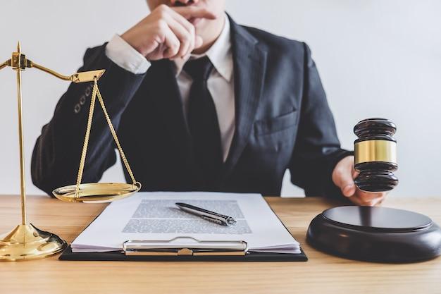 Profesjonalni męscy prawnicy lub doradca pracuje ma przy firmą prawniczą w biurze